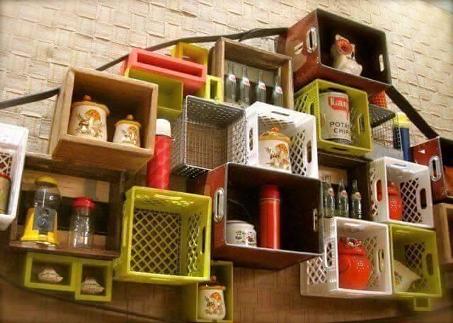 Tuh kan, juga bisa muat benda-benda dapur lainnya. Dan warnanya bikin betah deh berlama-lama di dapur.