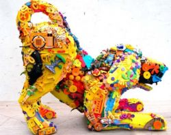 Wow, Sampah Mainan Nggak Terpakai Bisa Dibikin Jadi Patung Anjing Warna-Warni Lho