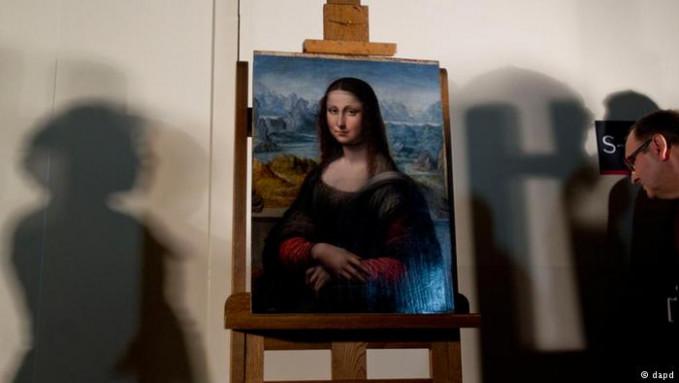 'Kembaran' lukisan Mona Lisa ada dan dipajang di Museo del Prado, Madrid sejak 2012 lalu. Menurut pakar nih, replika tersebut dibuat pada waktu Mona Lisa yang asli dilukis oleh da Vinci. Pelukisnya adalah Francesco Melzi, salah satu murid da Vinci.
