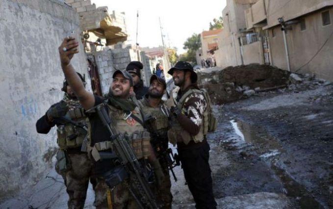Bersenang-senang saat bekerja memaang tidak dilarang. Tapi tentara ini malah berfoto saat terjadi peperangan di Kota Mosul, Irak.