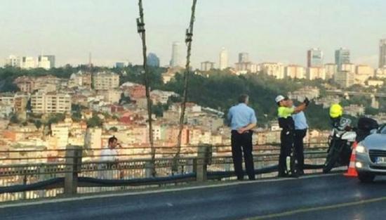 Bukannya menolong, polisi di Turki ini malah berselfie dengan latar belakang orang hendak bunuh diri.