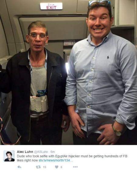 Pria ini berfoto dengan pelaku pembajakan pesawat. Kok nggak takut sih??