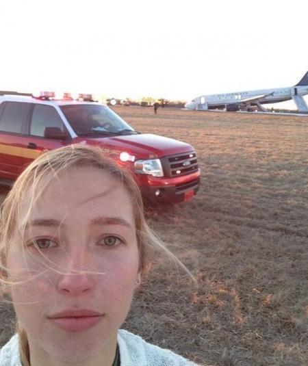 Wanita ini rela datang dari tempat jauh hanya ingin berselfie dengan pesawat yang kecelakaan. Dan sayangnya, aksinya tersebut sangat dikecam.