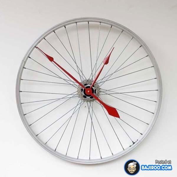 Buat kalian yang hobi bersepeda atau anak motor, jam dinding yang terbuat dari roda pas banget dipajang di garasi atau kamar.