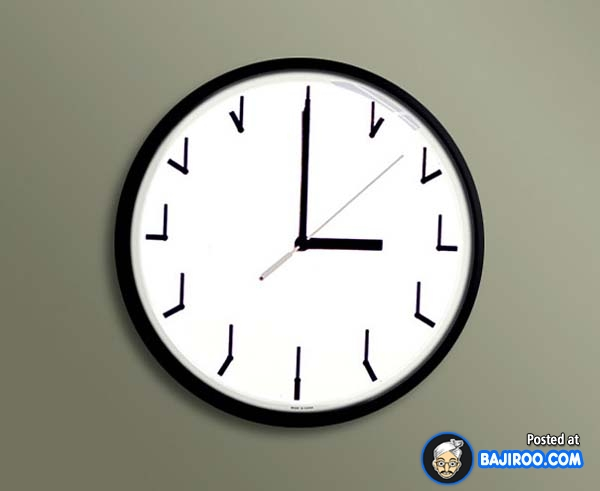 Nah lo, bingung kan ngeliat jam dinding yang angkanya juga menunjukkan jarum-jarum jam?.