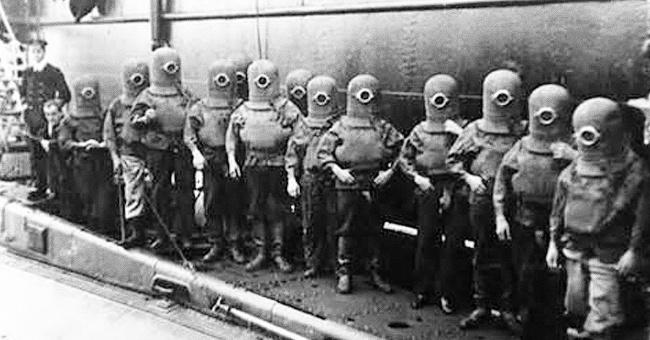Beginilah perlengkapan dan pakaian awak kapal selam di tahun 1908 silam gaes. Sepintas mereka mirip Minion ya?. Jangan-jangan Minion terinspirasi dari sosok mereka nih.
