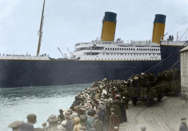 Kapal Titanic sebelum berlayar di pada tahun 1912. Nampak orang-orang berkerumun di dermaga untuk melihat pertama dan terakhir kapal raksasa termegah di jamannya.
