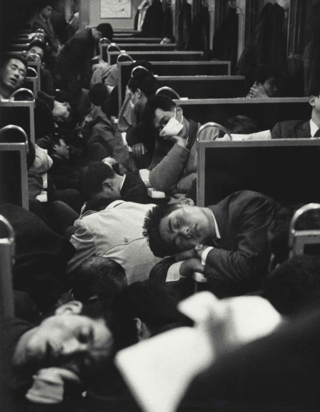 Rakyat Jepang memang dikenal sebagai pekerja yang tangguh. Bahkan saat subuh dan mata ngantuk, mereka sudah berangkat kantor. Apalagi di hari Senin, kereta pasti ramai. Seperti yang tertangkap kamera di tahun 1964.