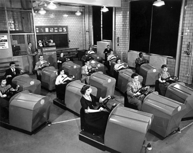 Nah, yang kalian lihat ini bukanlah di arena permainan anak lho gengs. Tapi ini adalah praktek di sebuah sekolah mengemudi yang diambil gambar pada tahun 1953.