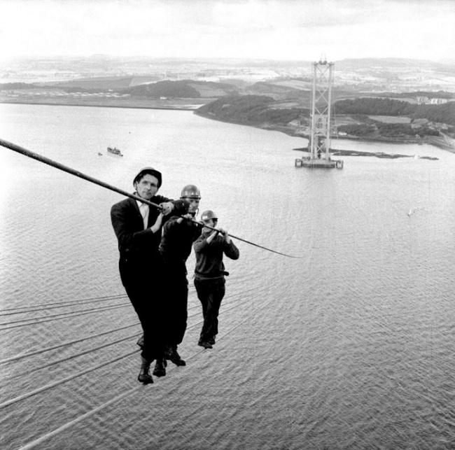 Para insinyur dan pekerja bertaruh nyawa saat membangun konstruksi jembatan Forth Road Bridge di Skotlandia tahun 1961. Salut deh dengan keberanian mereka.