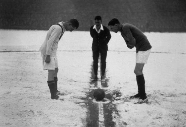 Mereka lagi bersiap-siap sebelum peluit dibunyikan wasit. Ini adalah pertandingan klasik antara Arsenal melawan Manchester United di Highbury Stadium tahun 1926 Pulsker.