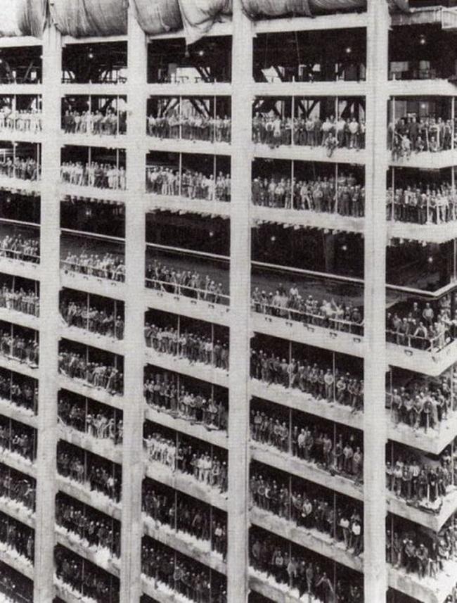 Sekitar 3.000 orang pekerja berfoto saat pembangunan Chase Manhattan Bank, New York tahun 1964.