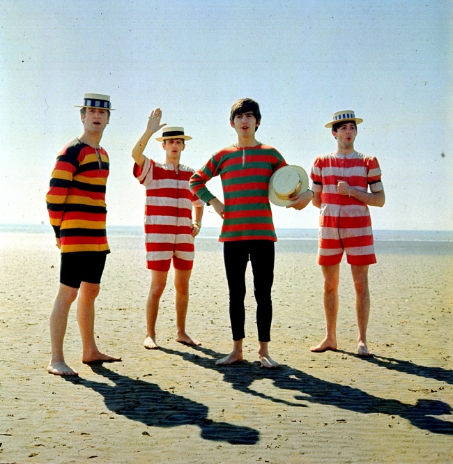 Tau nggak ini siapa?. Ya, mereka adalah The Beatles yang lagi liburan di pantai tahun 1963. Keren juga ya fotonya kalau berwarna?.