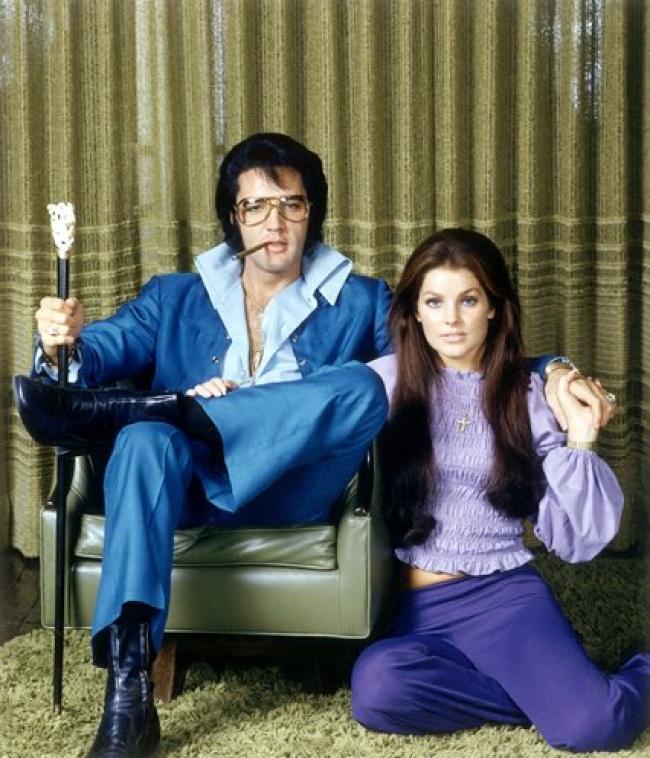 Ini adalah sosok raja Rock n Roll paling kondang seluruh dunia, Elvis Presley. Dia berpose bersama sang istri Priscilla Presley di tahun 1971. Gaya keduanya modis banget untuk pasangan di jamannya gengs. Itu dia Pulsker deretan foto-foto bersejarah yang ada di masa lalu. Semoga menambah wawasan kita semua ya.