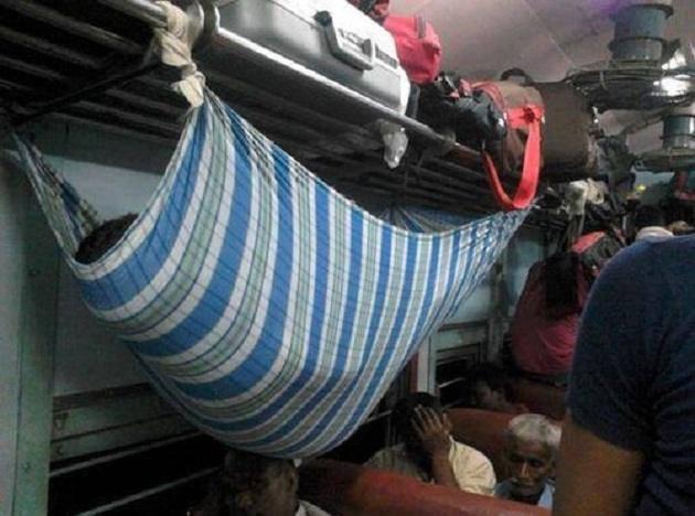 Walaupun dikereta penuh sesak dengan penumpang, tapi orang ini tetap bisa tidur nyenyak dengan cara konyol ini. Di Indonesia udah bakal disuruh turun di stasiun terdekat nih!
