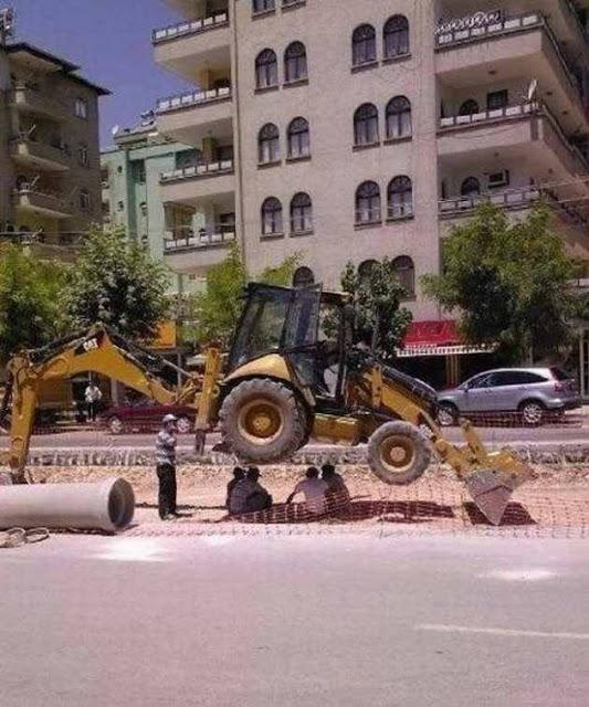 Bukannya memikirkan keselamatan, beberapa pekerja ini malah memilih beristirahat dibawah alat berat agar nggak kepanasan. Cerdas banget sih!