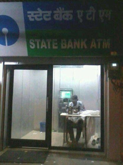 Ngadem dulu aah. Sebuah ruang mesin ATM yang dimanfaatkan untuk tempat menjahit.