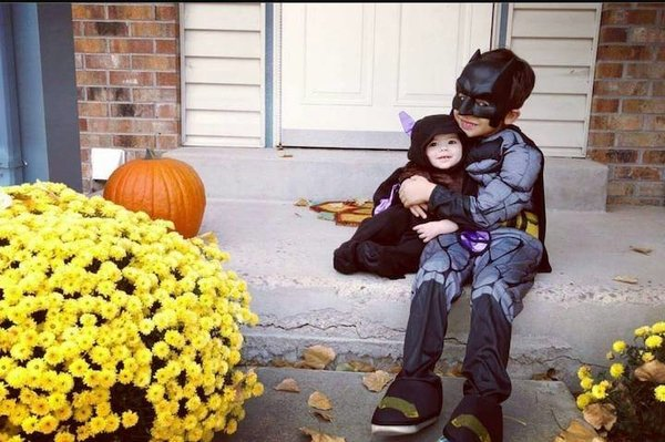 Saat Batman bertemu dengan kelelawar. Tarnyata mereka bersaudara ya?!