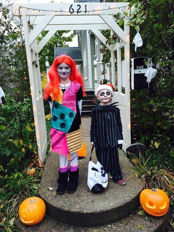 Sally dan Jack dari film The Nightmare Before Christmast. Jadi nggak takut lah ya, kalau selucu ini.