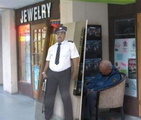 Trik jitu untuk mengelabui para pengunjung toko pas petugas tertidur. Dengan begini kesannya toko tersebut dijaga polisi yang siap sedia tiap saat.
