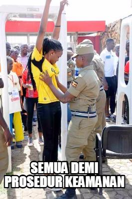 Sama halnya dengan si mbaknya ini yang sedang melewati prosedur keamanan sebelum masuk ke sebuah acara.