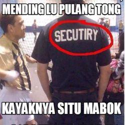 Aksi Kocak Para Petugas Keamanan Saat Bekerja yang Bikin Geleng Kepala