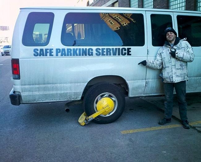 Niatnya parkir bener-bener supaya aman, eh malah kena hukuman kayak gini. Nggak diliat ya mas ada rambu-rambu dilarang parkir?.