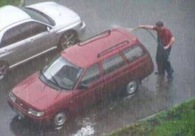Sama juga halnya yang dialami si bapaknya ini gengs. Lagi asik-asik nyuci mobil eh malah hujannya turun. Lumayan deh bisa irit air dirumah.