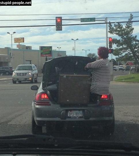 Nggak ada yang bisa ngalahin nyali emak-emak gengs. Bermodal keyakinana, si emak ini dengan santainya menjaga barang di bagian belakang mobil.