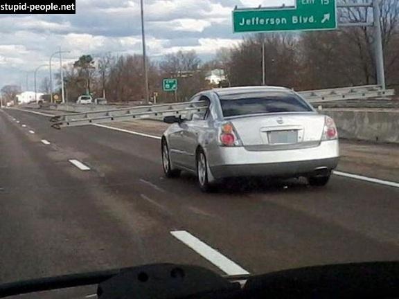 Duh, kalau sampai kena mobil atau pengendara lain di sisi kanan kiri gimana coba?. Mau tanggung jawab?.