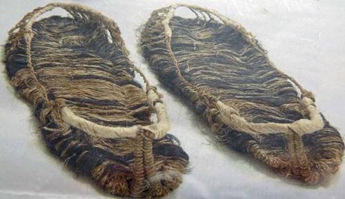 Sandal yang terbuat dari serabut keset ini mengingatkan kita pada sosok Flinstones ya gengs.