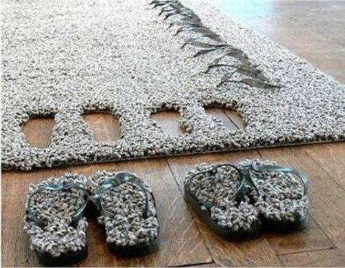 Jangan sampai salah ambil sandal karpet punya kita ya Pulsker. Bentuknya hampir sama semua sih. Jadi bingung deh.