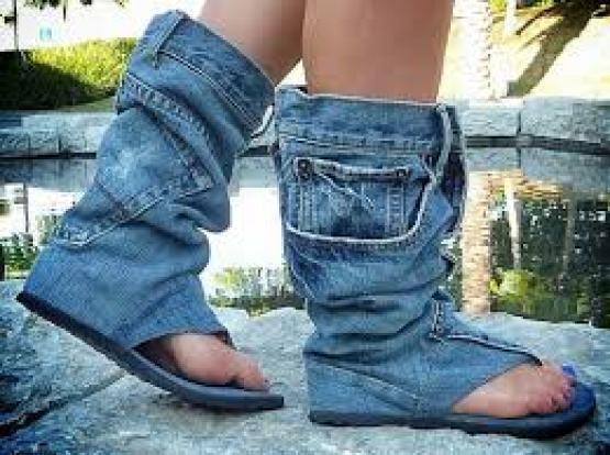Kalau kalian punya celana jeans bekas yang udah nggak kepakai jangan dibuang dulu gengs. Karena bisa kalian bikin jadi sandal unik dan kece kayak gini.