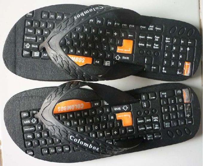 Ada juga sandal yang bentuknya mirip keyboard komputer. Bisa buat latian juga gimana caranya ngetik pakai kaki nih.