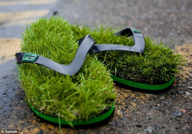Yang suka tema-tema alam alias natural, sandal rumput ini bisa jadi alternatif gengs.