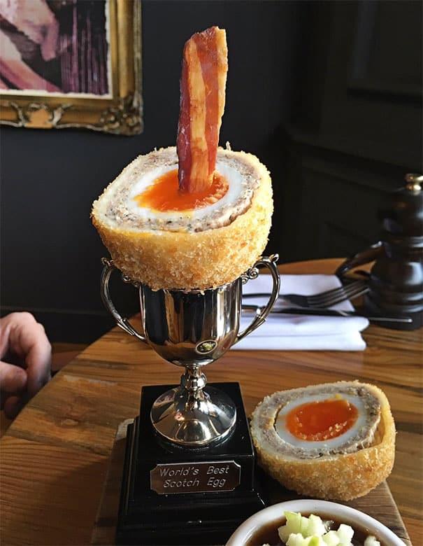 Sebenernya nggak ada yang salah dengan makanan ini, tapi kok wadahnya malah trophy ya?