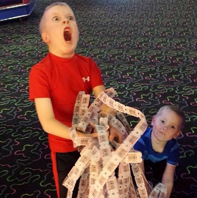 Ini adalah ekspresi heboh seorang bocah yang memenangkan jackpot di arena bermain. Yakin deh, kamu juga pasti kaya gini ekspresinya.