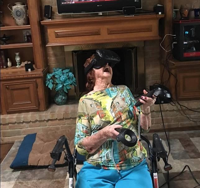 Ekspresi heboh dan lucu, seorang nenek berusia 93 tahun saat merasakan sensasi memakai kacamata VR.