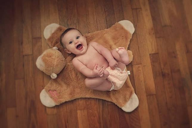 Eskpresi bahagia bayi saat melihat wajah ibunya.