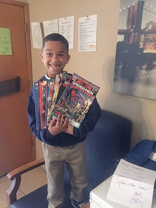 Usai mengalami kecelakaan mobil, bocah penggemar Spiderman ini mendapatkan hadiah buku Spiderman dari penulisnya,