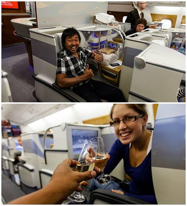 Ini adalah ekspresi bahagia pasangan yang baru pertama kali menaikin pesawat bisnis class.