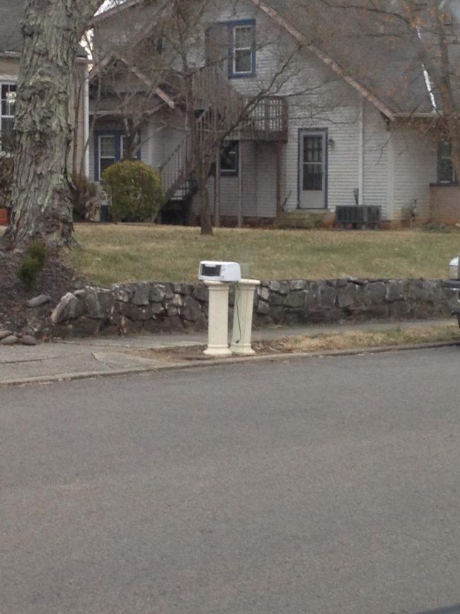 Wah..ada pemanggang roti di luar, ternyata itu adalah kotak surat lho!