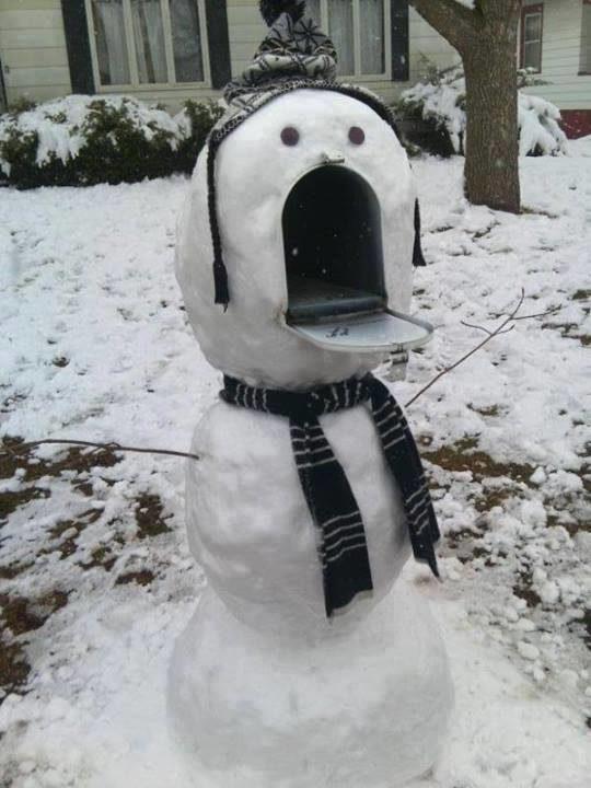 Mulut boneka salju yang menganga ini ternyata kotak surat lho!