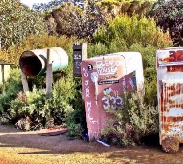 Kulkas bekas ini juga disulap menjadi kotak surat. Suratnya sebanyak apa ya?