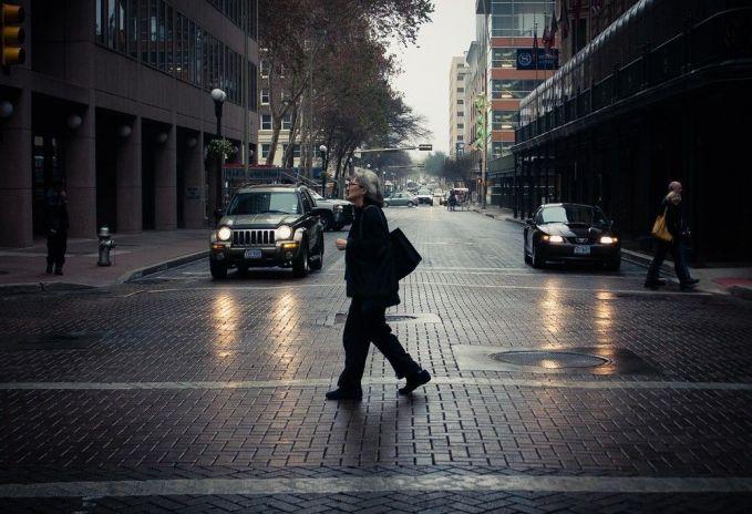 Ada juga lho mereka yang takut menyebrang jalan, nama fobia ini adalah agyrophobia.
