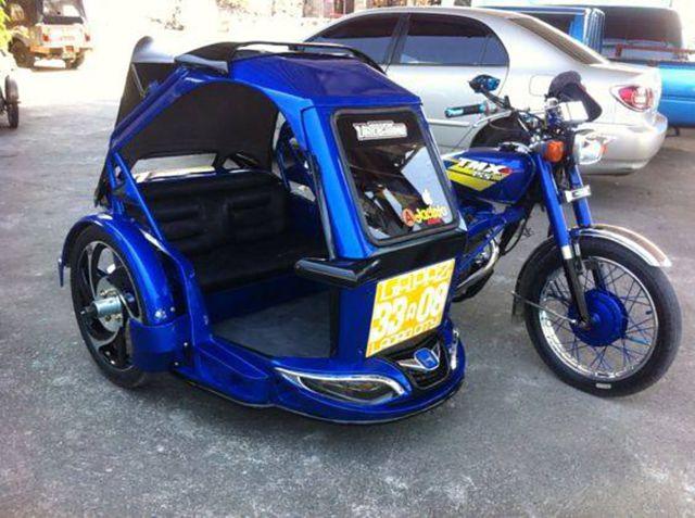 Becak motor dengan warna biru mengkilat ini juga dilengkapi kursi super empuk gengs. Berasa dimanjain deh.