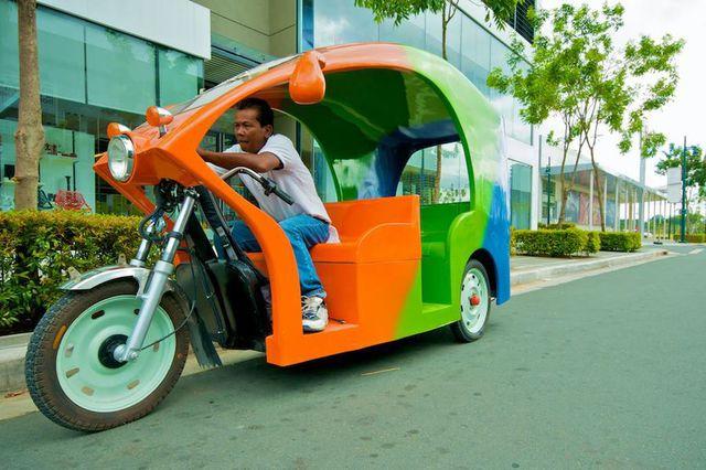 Dengan warna-warna cerah becak motor milik bapak ini bikin kita semangat memulai hari. Selain itu bisa muat untuk lima orang lho.