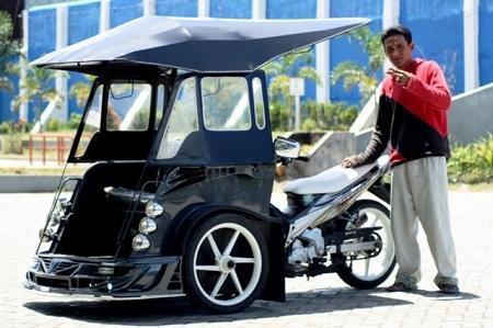 Hmm, pilih mana nih?. Becak motor mana yang pengen kalian naikin gengs?. Apalagi kalau drivernya cakep, pas banget kayak di FTV gitu deh.