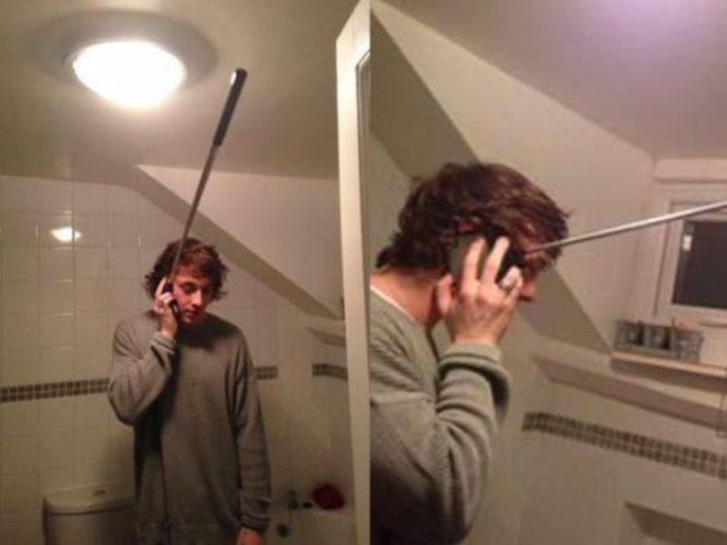 Lagi asik-asik mau selfie, eh si pacar nelfon gaes. nggak diangkat takut kena marah.