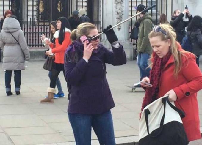 Hal yang sama juga dialami wanita ini nih. Pas udah lagi pose bareng temen tiba-tiba ada telfon mendadak sob.